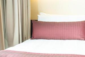 bel oreiller sur la décoration du lit à l'intérieur de la chambre photo