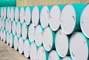 barils de pétrole alignés en perspective photo