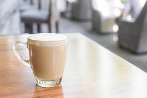 Tasse de café latte chaud dans un café photo