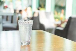 verre d'eau sur la table photo