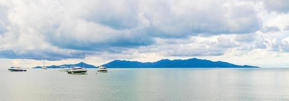 panorama de la plage de bo phut avec des bateaux sur koh samui en thaïlande. photo