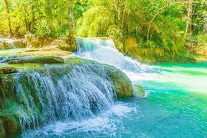 les plus belles cascades de la cascade de kuang si luang prabang au laos. photo