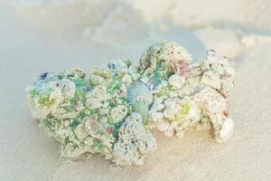 plage de sable blanc coraux et coquillages sur l'atoll de rasdhoo maldives. photo