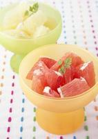 servir une salade de fruits frais pleine de nutrition photo
