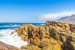 paysage côtier rugueux à false bay, le cap, afrique du sud photo