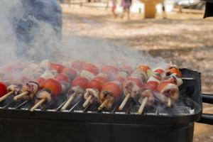 coeurs de poulet à la tomate et à l'oignon cuisson sur grill chaud photo