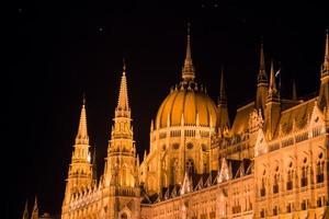 le parlement hongrois la nuit, budapest, hongrie photo