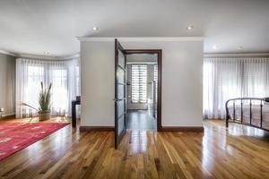 maison canadienne de luxe avec planchers de bois franc et escaliers photo