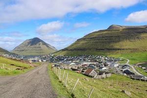 autour de la ville de klaksvik sur les îles féroé par une belle journée d'été photo