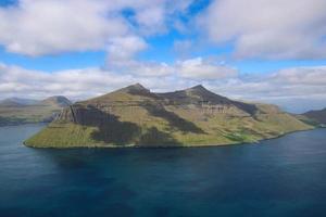 le paysage impressionnant des îles féroé par une belle journée d'été photo