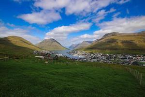 la ville de klaksvik sur les îles féroé par une belle journée d'été photo