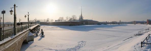 panorama d'hiver, vue sur l'île aux lièvres et le pont ioannovsky photo