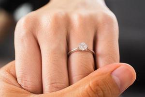 bijoux de bague de fiançailles en diamant de luxe main dans la main photo