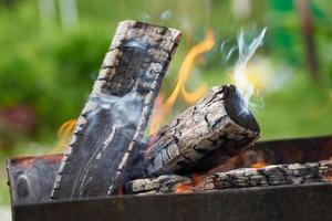 bois brûlant dans un gril dans la nature. photo