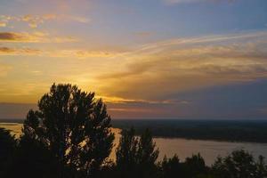 coucher de soleil coloré sur la volga à nizhny novgorod, russie. photo