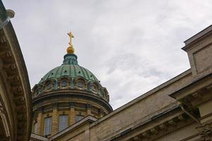 le dôme de la cathédrale de kazan avec un ciel nuageux en arrière-plan. photo