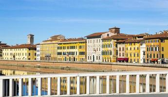 Les vieux bâtiments de Pise se reflètent dans le fleuve Arno photo