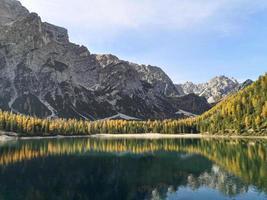 Lac de braies au trentin alto adige italie photo