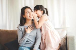 petite fille chuchotant un secret à maman photo