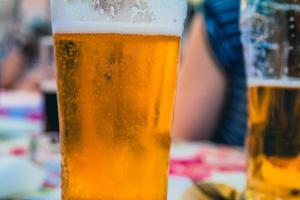 gros plan sur un verre à bière dans un restaurant photo