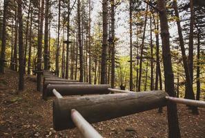 parc aventure avec obstacles en bois photo