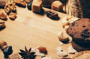 biscuits croustillants ronds aux épices et noix sur une planche à découper photo