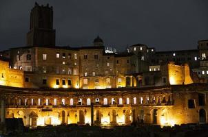 ruines du forum romanum à rome, italie, la nuit photo