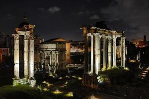 le forum romanum à rome, italie la nuit photo