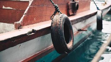 pneus de véhicule sur le côté du bateau photo