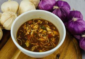 soupe traditionnelle aux légumes frais asiatiques photo
