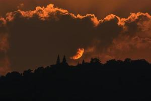 beau coucher de soleil avec des nuages sur le temple phra that doi suthep photo
