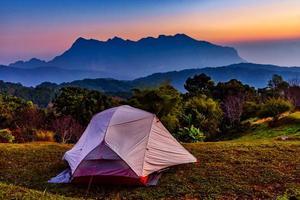 Tente touristique sur la colline de san pa kia à chiang mai, thaïlande photo