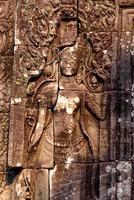 sculptures sur pierre sur les murs du temple bayon à angkor thom photo