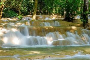 Cascade de tad sae à luang prabang, laos photo