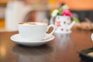 tasse de cappuccino au fond du café. photo