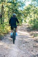 l'homme faisant du vélo dans un chemin de montagne photo