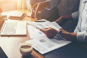 conseillère financière et en investissement consultant son équipe au bureau. photo