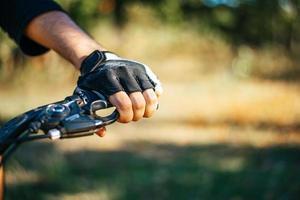 la main a appuyé sur le frein du vélo a poussé le levier de frein sur le vélo photo