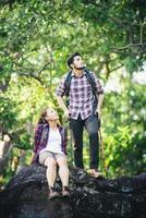 couple de randonneurs se reposant au sommet de la montagne. profiter de la nature. photo