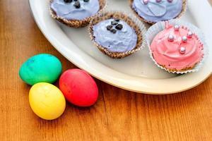 oeufs de pâques pascal et cup cake photo