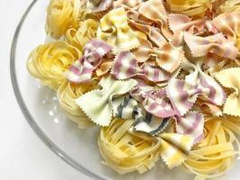 pâtes macaronis italiens crus crus photo