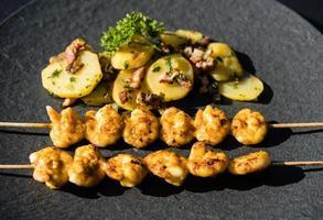 crevettes tigrées blanches grillées avec salade de pommes de terre au bacon photo