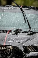 laver la voiture avec de la mousse en été photo