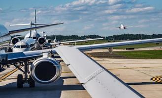 trafic dense sur le tarmac de l'aéroport avant le décollage des avions photo