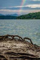 arc-en-ciel après l'orage au lac jocassee en caroline du sud photo