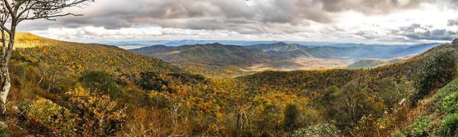 crête bleue et montagnes enfumées changeant de couleur à l'automne photo