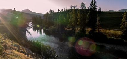 Rivière Yellowstone au lever du soleil près du parc Yellowstone photo