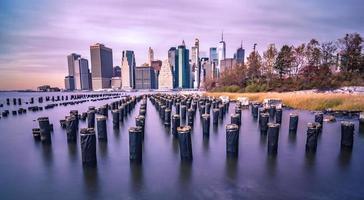 horizon de la ville de new york un jour nuageux photo