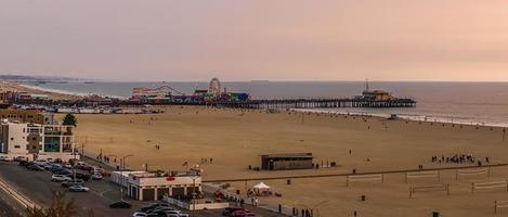 jetée de santa monica sur la côte pacifique au coucher du soleil photo
