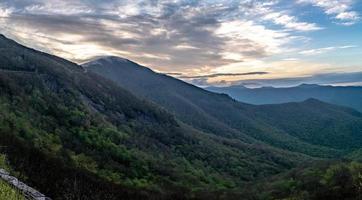 montagnes de la crête bleue près du mont mitchell et des jardins escarpés photo